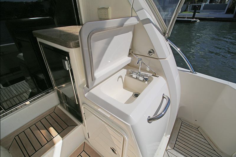 Aft-Deck-Sink-and-Icemaker